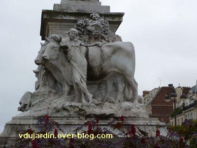 Paris, monument à Pasteur par Falguière, 13, la face avec les boeufs