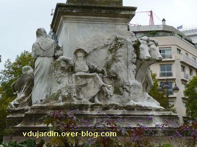 Paris, monument à Pasteur par Falguière, 16, la face avec la vigne