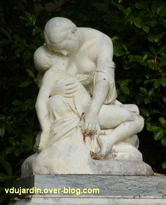 Poitiers, la douleur maternelle par Etex à Blossac, 2, vu de face