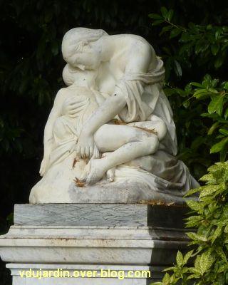 Poitiers, la douleur maternelle par Etex à Blossac, 3, vu de trois quarts