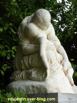 Poitiers, la douleur maternelle par Etex à Blossac, 4, l'enfant évanoui