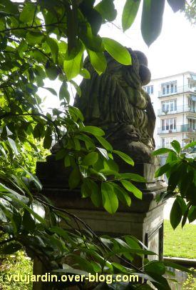 Poitiers, la douleur maternelle par Etex à Blossac, 6, le monument de dos