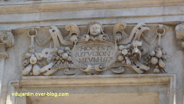 Poitiers, l'hôtel Pelisson, 05, linteau de la première fenêtre du premier étage