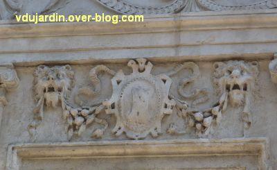 Poitiers, l'hôtel Pelisson, 06, linteau de la deuxième fenêtre du premier étage