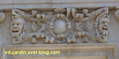 Poitiers, l'hôtel Pelisson, 07, linteau de la troisième fenêtre du premier étage