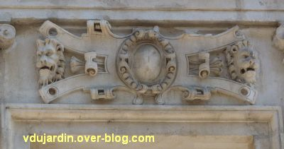 Poitiers, l'hôtel Pelisson, 08, linteau de la quatrième fenêtre du premier étage