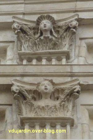 Poitiers, l'hôtel Pelisson, 12, les deux chapiteaux avec un visage au deuxième étage