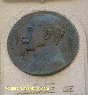 Le mémorial à Vieljeux par Prud'homme à La Rochelle, 4, le médaillon en bronze