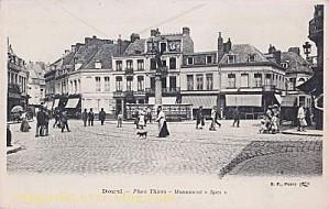 Carte postale ancienne montrant le monument Spes de Laoust place Thiers à Douai