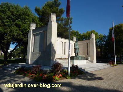 Monument aux morts de La Rochelle, 03, vu de trois quarts