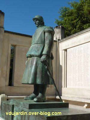 Monument aux morts de La Rochelle, 08, le côté gauche du soldat