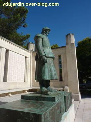 Monument aux morts de La Rochelle, 09, le côté droit du soldat