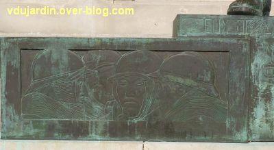 Monument aux morts de La Rochelle, 13, le relief à gauche du socle