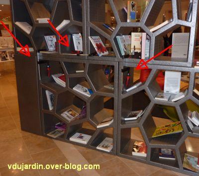 Des seree-joints sur le meuble du nouveau forum de la médiathèque