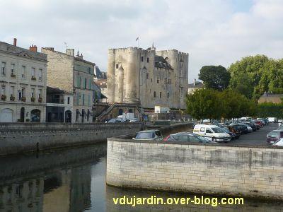 Le donjon de Niort, 2, vu depuis l'autre rive de la Sèvre