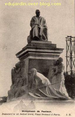 Paris, monument à Pasteur par Falguière, Carte postale ancienne, 2, vue presque de face