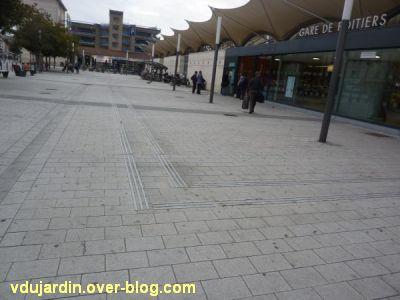 Poitiers, le rond-point de la gare pour aveugles kamikazes, 2, bandes de guidage sur le parvis