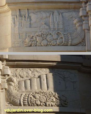La poste centrale d'Angers, 3, reliefs au-dessus de l'entrée, la cathédrale et le château