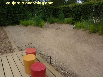 Chaumont-sur-Loire, festival 2011, le jardin 21, 3, les graviers et quelques sièges colorés