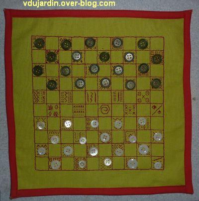 Un damier pour Véro bis, après couture et avec des boutons comme pièces