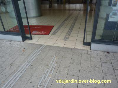 Poitiers, les bandes de guidage de la gare dégagées du tapis