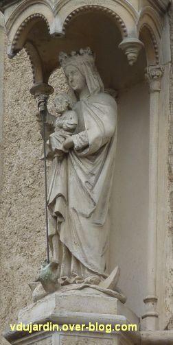 Poitiers, statues religieuses, 02b, Vierge à l'Enfant terrassant le serpent, rue Orillard