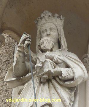 Poitiers, statues religieuses, 2, détail de la Vierge à l'Enfant terrassant le serpent, rue Orillard