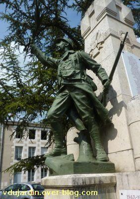 Saint-Benoît, le monument aux morts, 5, le côté gauche du soldat