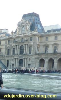 A Paris la queue devant le Louvre (novembre 2010)