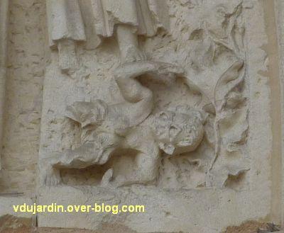 Poitiers, cathédrale, portail de Thomas, 08, petit monstre à droite