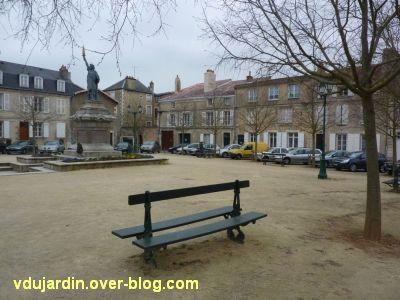 Poitiers, la statue de la liberté, 1, vue de loin sur la place