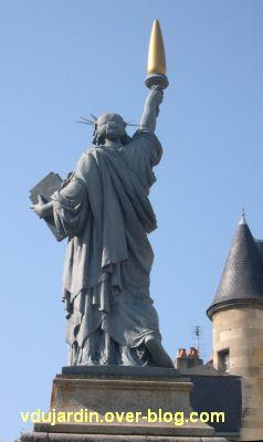 Poitiers, la statue de la liberté, 3, de dos