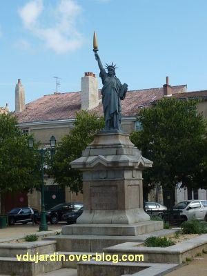 Poitiers, la statue de la Liberté, 6, vue de face