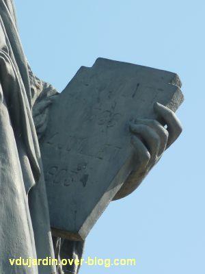 Poitiers, la statue de la Liberté, 8, le détail des tables de la loi