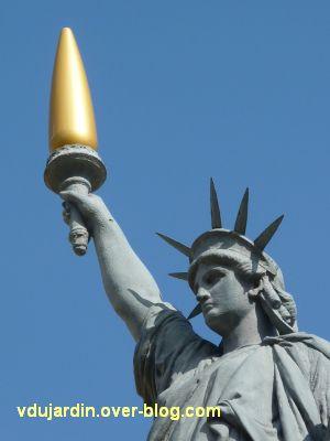 Poitiers, la statue de la Liberté, 8, la tête de la statue, son diadème et le flambeau