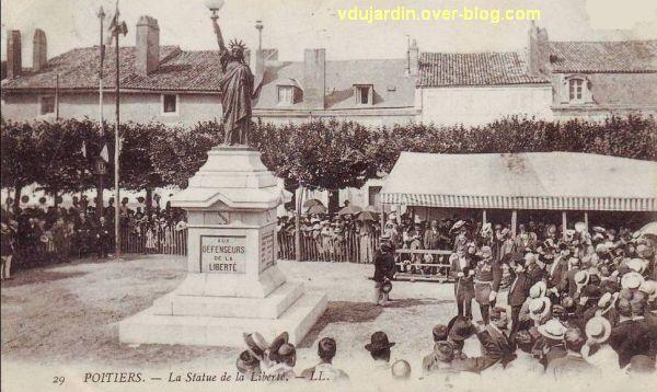 Poitiers, la statue de la liberté, carte postale ancienne le jour de l'inauguration