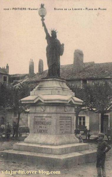 Poitiers, la statue de la liberté, carte postale ancienne, vue de près avec des enfants