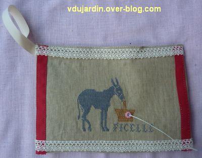 Une pochette pour ranger les ficelles... avec un âne brodé