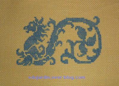 Un dragon brodé en bleu sur jaune