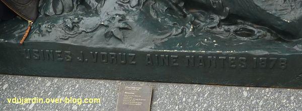 Paris, le rhinocéros de l'ancien palais du Trocadéro, 5, la signature du fondeur Voruz