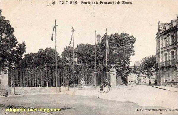 Poitiers, carte postale ancienne, l'entrée du parc de Blossac et la maison aux Atlantes