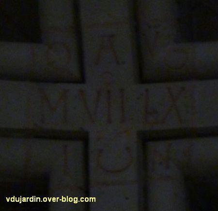 Poitiers, la clef portant la date de 1167 dans la cathédrale