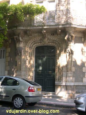 Poitiers, maison aux atlantes près de Blossac, 2, la porte du rez-de-chaussée