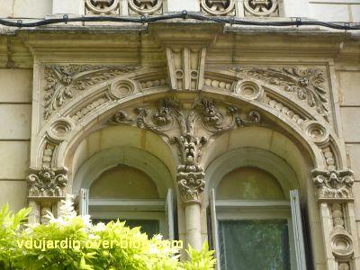 Poitiers, maison aux atlantes près de Blossac, 6, le décor du premier étage