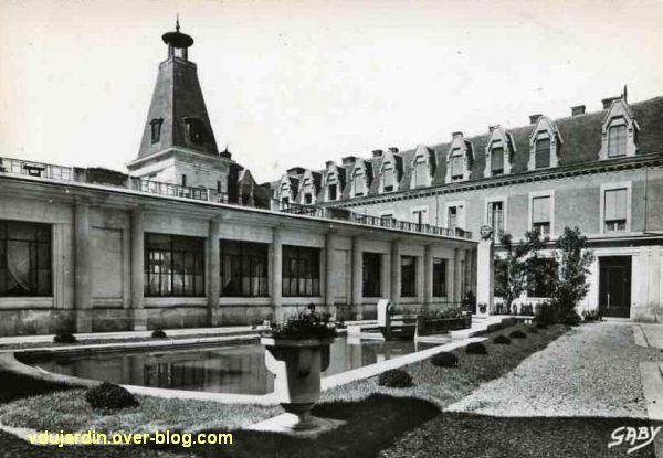 Poitiers, le lycée Victor Hugo et la fontaine avec la tête de femme de Couvègnes