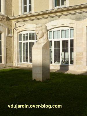 Poitiers, la tête de femme de Couvègnes dans la cour du lycée, 1, vue lointaine
