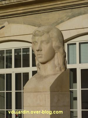 Poitiers, la tête de femme de Couvègnes dans la cour du lycée, 2, vue rapprochée