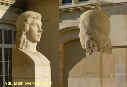 Poitiers, la tête de femme de Couvègnes dans la cour du lycée, 4, vue de trois quarts et de dos