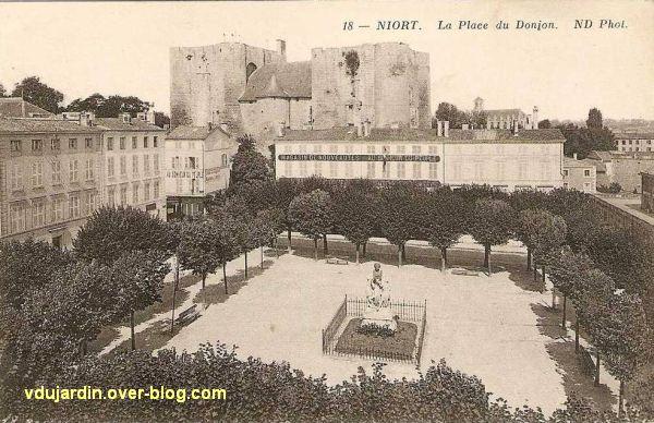 Le donjon de Niort, 1, carte postale ancienne, avec une place, la statue de Ricard et un magasin