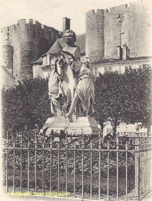 Niort, la statue d'Amable Ricard devant le donjon, vue rapprochée